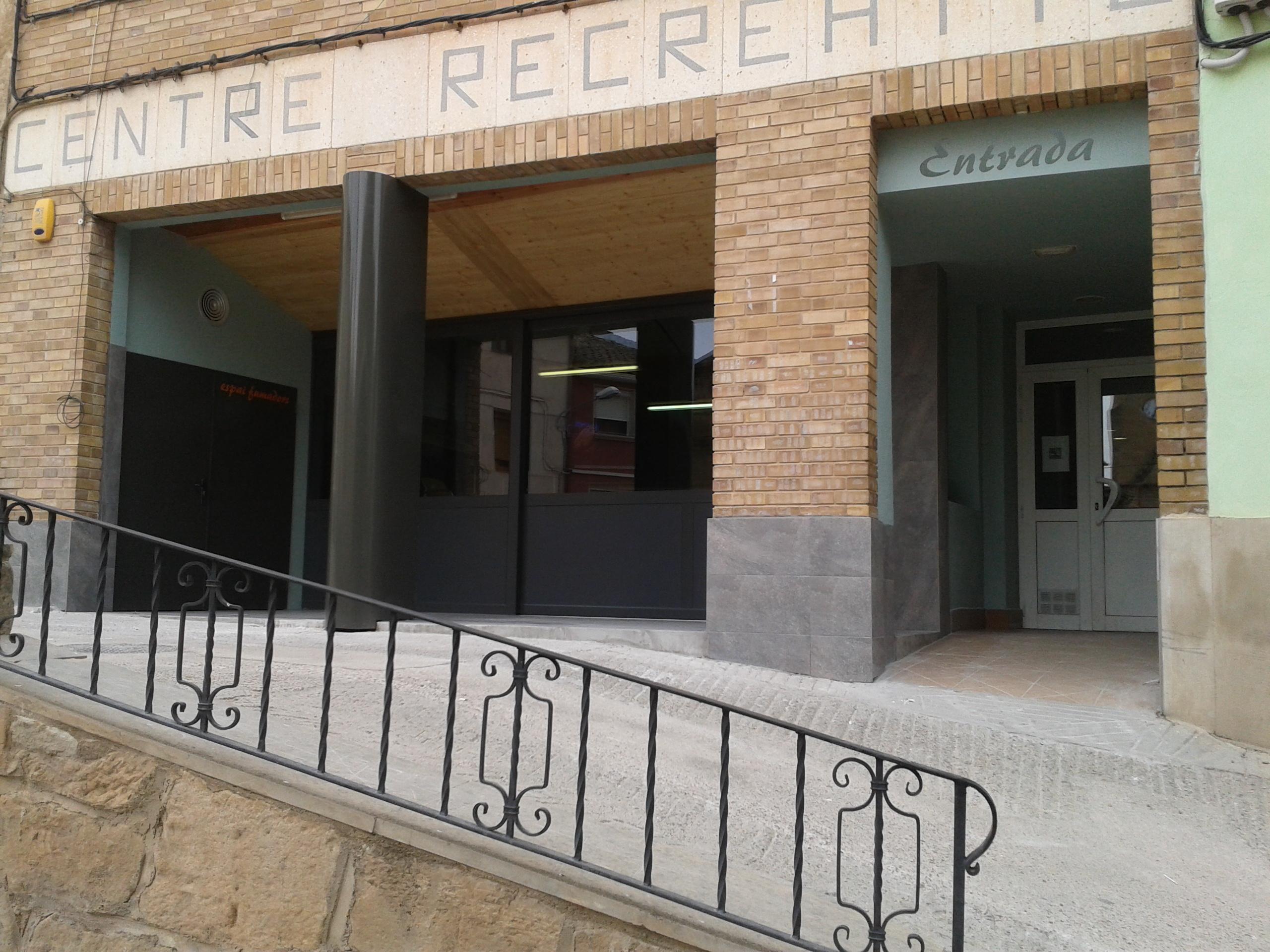 Formació de porxo i reforma d'escala en edifici municipal de serveis, i substitució de fusteria de sala de ball.